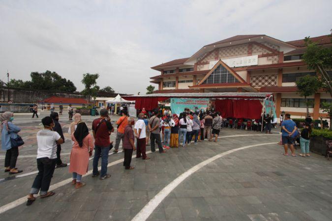 Pedagang Pasar Klewer Solo antre vaksinasi Covid-19 di pelataran Pasar Klewer sisi timur, Solo, Kamis (4/3/2021). (Solopos/Nicolous Irawan)