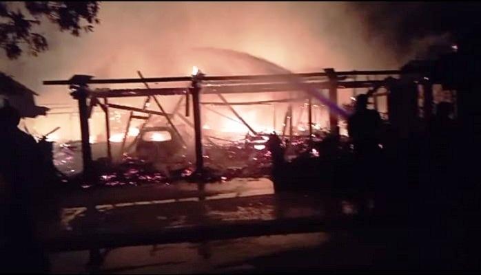 Kebakaran menghanguskan dua rumah, tiga mobil, dan enam motor di Desa Simo, Kecamatan Kradenan, Kabupaten Grobogan, Rabu (3/3/2021) malam. (Tangkapan layar)