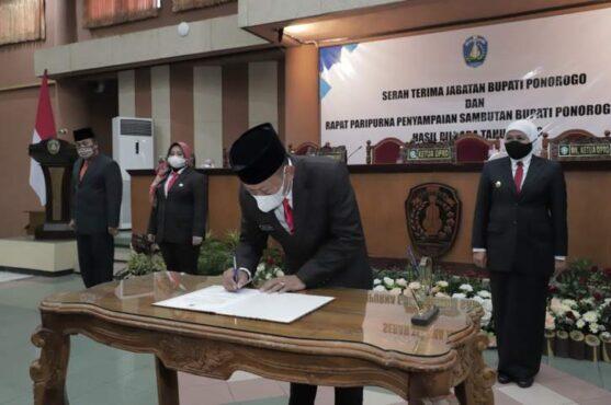 Bupati Ponorogo Sugiri Sancoko saat mengikuti serah terima jabatan di gedung DPRD Ponorogo, Kamis (4/3/2021). (Istimewa/Pemkab Ponorogo)