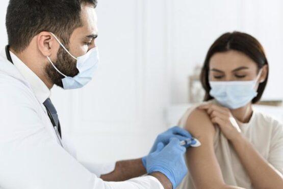 Ilustrasi disuntik vaksin (Freepik)