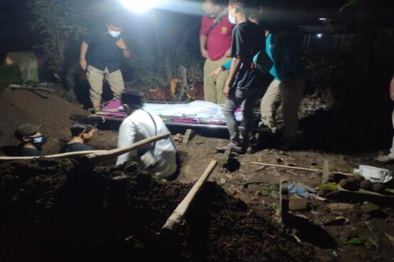 Warga memakamkan jenazah Syafa Syakila Hasanah, bocah lima tahun di Madiun yang menderita kanker tulang, Jumat (5/3/2021) malam. (Istimewa/Bintang Nusantara Hasyim)