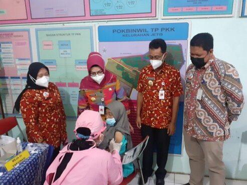 Bupati-Wakil Bupati Sukoharjo, Etik Suryani-Agus Santosa meninjau proses penyuntikan vaksin kepada warga lanjut usia (lansia) di Kantor Kelurahan Jetis, Kecamatan Sukoharjo, Jumat (5/3/2021). (Solopos.com/Bony Eko Wicaksono)