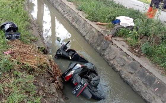 Sebuah motor Honda Beat warna hitam terlihat masih nungsep di parit irigasi di persawahan wilayah Desa Tangkil, Kecamatan Sragen Kota, Sragen, Sabtu (6/3/2021). (Istimewa)