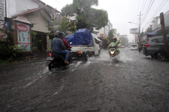 Air hujan menggenangi Jl Abdul Muis, Setabelan, Banjarsari, Solo, Minggu (7/3/2021).  (Solopos/Nicolous Irawan)