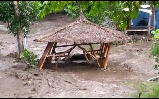 Tangkapan layar ketika gazebo di salah satu objek wisata sepanjang Kali Pusur, Kecamatan Polanharjo hanyut dan rusak diterjang arus sungai, Minggu (7/3/2021) sore. (Istimewa)