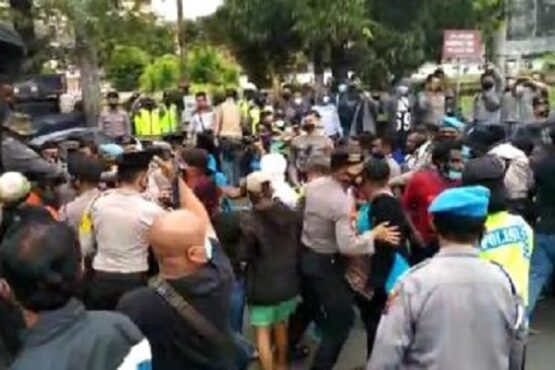 Aparat kepolisian terlibat bentrok dengan massa pengunjuk rasa Otsus Papua Jilid II di Jl. Pahlawan, Kota Semarang, Jumat (5/3/2021). (Semarangpos.com-Bidhumas Polda Jateng)