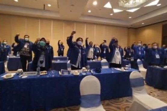 Ketua DPD Partai Demokrat Jawa Tengah (Jateng), Rinto Subekti, bersama 35 ketua DPC Partai Demokrat se-Jateng melakukan deklarasi menolak hasil KLB Demokrat kubu kontra AHY di Hotel Grand Candi, Kota Semarang, Jumat (5/3/2021). (Semarangpos.com-Imam Yuda S.)