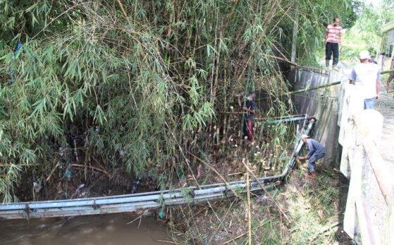 Warga Desa Cokro, Kecamatan Tulung memperbaiki pipa sambungan air bersih yang rusak akibat diterjang banjir, Senin (8/3/2021). (Solopos/Taufiq Sidik Prakoso)
