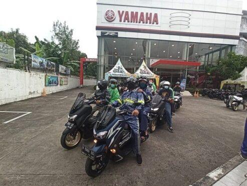 Para peserta Maxi Yamaha Virtual Touring secara simbolis dilepas di Yamaha Flagship Shop Semarang, Senin (8/3/2021). (Semarangpos.com-Imam Yuda S.)