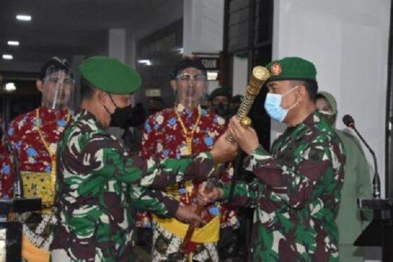 Mayjen TNI Bakti Agus Fadjari (kiri) menyerahkan tongkat kepada Mayjen TNI Rudianto (kanan) dalam acara serah terima jabatan Pangdam IV Diponegoro di kompleks Makodam IV Diponegoro, Kota Semarang, Sabtu (6/3/2021). (Semarangpos.com-Pendam IV Diponegoro)