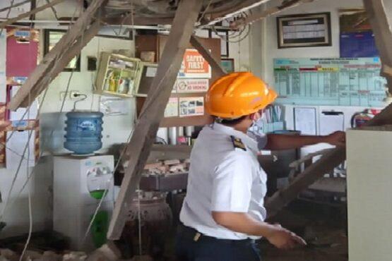 Petugas PT KAI Daops IV Semarang tengah meninjau tembok bangunan Stasiun Pekalongan yang roboh, Sabtu (6/3/2021). (Semarangpos.com-Humas PT KAI Daops IV Semarang)