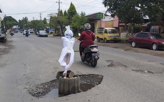 Boneka pocong terpasang di jalan berlubang di selatan Tugu Lilin Makamhaji, Sukoharjo pada Senin (1/3/2021). (Solopos.com/Indah Septiyaning Wardani)