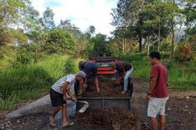 Inspiratif! Warga Lereng Merapi di Klaten Swadaya Tambal Jalan Rusak