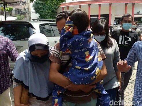Nesa Alana Karaisa atau Ara digendong ayahnya setelah ditemukan di Pasuruan. (detik.com)