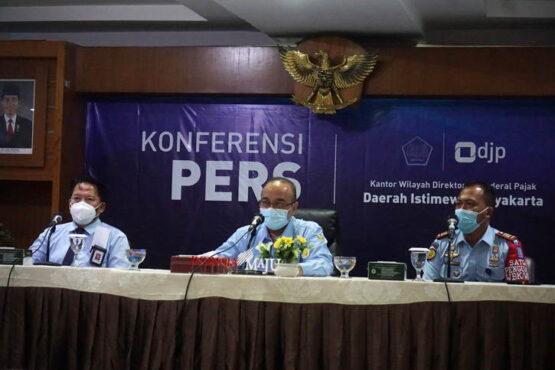Kepala Kanwil DJP DIY, Yoyok Satiotomo (tengah) dan Kepala Rutan Jogja, Yudo Adi Yuwono (kanan), saat konferensi pers, Rabu (31/3/2021). (Harian Jogja/Herlambang Jati Kusumo)