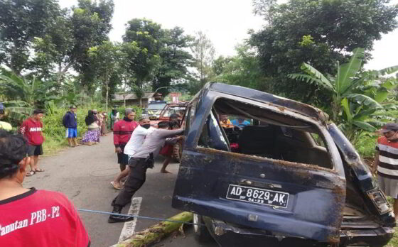 Anggota Polsek Mojogedang bersama warga dan SAR MTA mengevakuasi mobil yang terlibat kecelakan tunggal di Mojogedang pada Senin (8/3/2021) pagi. (Istimewa/Dokumentasi Polsek Mojogedang)