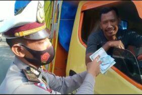 Coba Suap Polisi di Sragen, Sopir Truk Ini Cengar-Cengir Kisinan Saat Ditegur