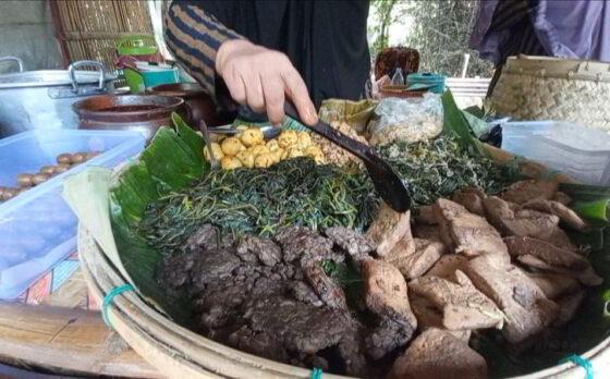 Pedagang menjajakkan kuliner tradisional di Pasar Bahulak, Desa Karungan, Plupuh, Sragen, Minggu (7/3/2021). (Solopos.com/Moh Khodiq Duhri)