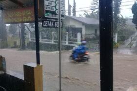 Hujan Deras Guyur Tawangmangu Karanganyar, Air Genangi Jalan Utama dari Depan Pasar Hingga Kalisoro