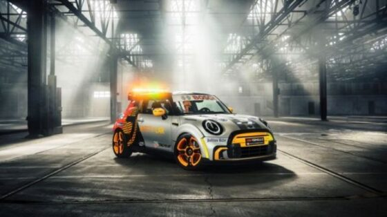 Mini Electric Pacesetter dalam balutan warna seru sebagai safety car balap single seater/Mini-BMW via Paultan.org2