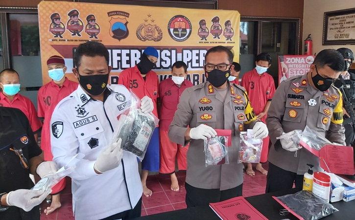 Kapolres Sukoharjo AKBP  Bambang Yugo Pamungkas (tengah) menunjukkan barang bukti yang diamakan dalam kasus peredaran narkotika di Mapolres setempat, Kamis (4/3/2021). (Solopos.com/Indah Septiyaning Wardani)