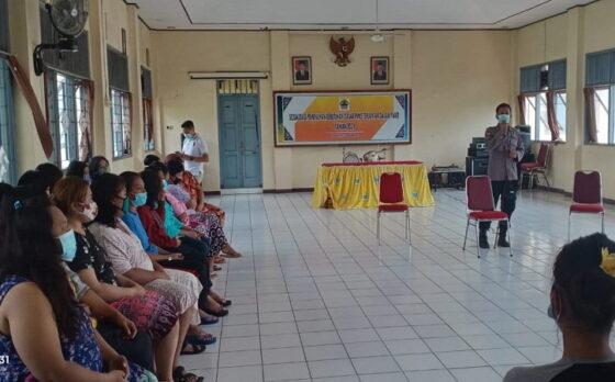 Sat Binmas Polresta Solo memberi penyuluhan kepada puluhan PSK yang tengah dalam proses rehabilitasi pada Senin (8/3/2021) siang. (Istimewa Humas Polresta Solo)