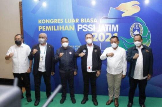 Ketua Umum PSSI Mochamad Iriawan (tiga kanan) bersama Menpora Zainudin Amali (ketiga dari kiri) di sela menghadiri Kongres Luar Biasa PSSI Jawa Timur di Surabaya, Sabtu (27/03/2021). (Antara/HO-Istimewa/FA)