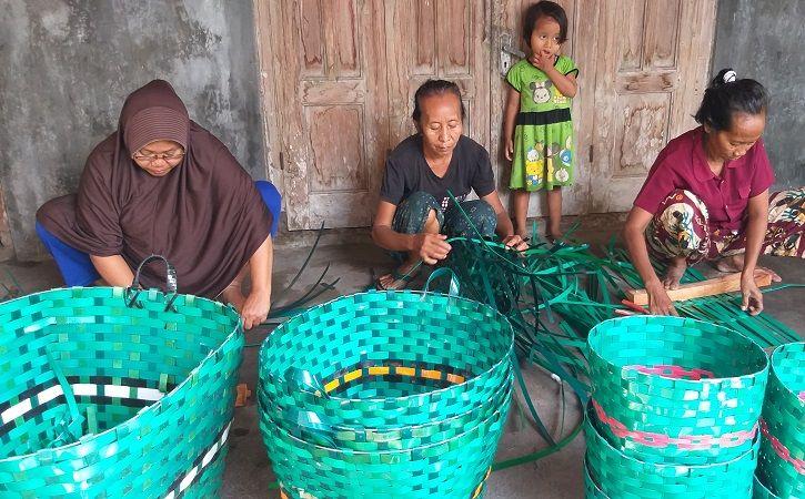 Sejumlah ibu rumah tangga (IRT) merampungkan anyaman dari limbah plastik janur di Bero, Kecamatan Trucuk, Klaten, Rabu (3/3/2021). Di tengah pandemi Covid-19, usaha kerajinan anyaman itu tetap berjalan lancar. (Solopos.com/Ponco Suseno)