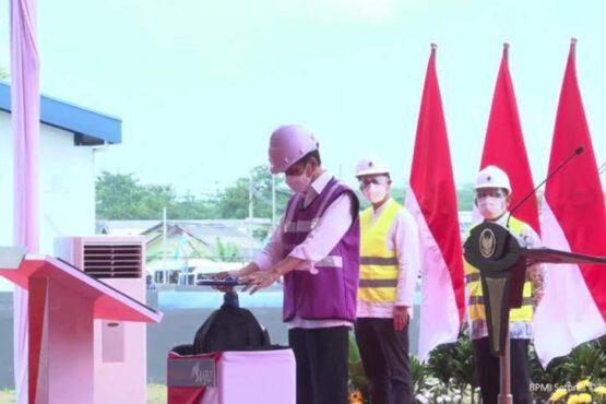 Presiden RI Joko Widodo memutar tuas katup air sebagai tanda diresmikannya Sistem Penyediaan Air Minum (SPAM) Umbulan di Kabupaten Pasuruan, Jawa Timur, Senin. (Antara)