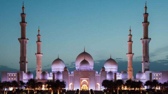 Foto bagian depan Sheikh Zayed Grand Mosque di Abu Dhabi, Uni Emirat Arab. (visitabudabhi.ae)