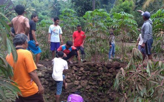 Warga Dusun Brengkut, Desa Pucung, Kecamatan Eromoko, Wonogiri, kerja bakti membersihkan sampah di luweng yang menyebabkan banjir di daerahnya, Kamis (4/3/2021). (Istimewa)