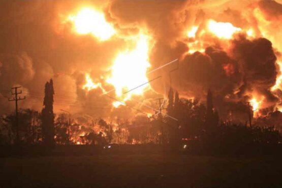 Api membubung tinggi saat terjadi kebakaran di kompleks Pertamina RU VI Balongan, Indramayu, Jawa Barat, Senin (29/3/2021) dini hari. (Antara)