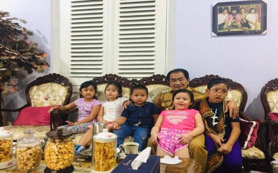 Bupati Banjarnegara, Budhi Sarwono bersama anak-anak angkatnya di rumah dinas Bupati, Selasa (2/3/2021). (Solopos/Rini Yustiningsih)