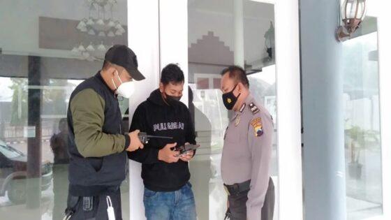 Personel Polresta Solo mengoperasikan drone di kawasan Kestalan, Banjarsari, Solo, pada Minggu (7/3/2021). (Istimewa/Humas Polresta Solo)