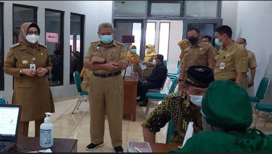 Bupati Sukoharjo Etik Suryani meninjau vaksinasi Covid-19 anggota DPRD di RSUD Ir Soekarno Senin (1/3/2021). (Solopos-Indah Septiyaning W.)