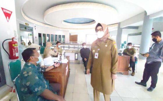 Bupati Sukoharjo Etik Suryani berbincang dengan anggota DPRD divaksin Covid-19 di RSUD Ir Soekarno, Senin (1/3/2021). (Solopos-Indah Septiyaning W.)