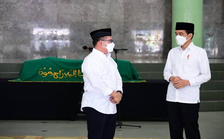 Presiden Joko Widodo (kanan) saat melayat mendiang Artidjo Alkostar di Masjid Ulil Albab, Kampus Terpadu Universitas Islam Indonesia (UII), Senin (1/3/2021) pagi. (Istimewa/ Biro Pers Presiden)