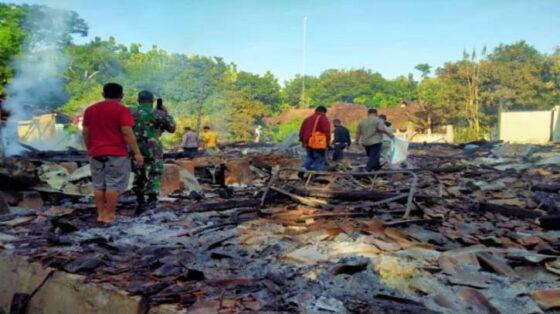 Rumah mantan Sekretaris Desa, Sastro Sudarmo, di RT 03/RW 02 Dusun Katikan, Desa Katikan, Kecamatan Kedunggalar, Kabupaten Ngawi, Jawa Timur, ludes terbakar. (suaraindonesia)