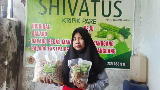 Eny Setiyowati, perajin keripik pare dari Kelurahan Nambangan Kidul, Kecamatan Manguharjo, Kota Madiun, menunjukkan produknya, Rabu (24/3/2021).(Solopos.com/Abdul Jalil)