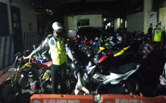 Polisi memeriksa desibel suara pengguna knalpot brong dalam razia di Mako Satlantas Polresta Solo pada Sabtu (13/3/2021) malam.(Istimewa/Dok Humas Polresta Solo)