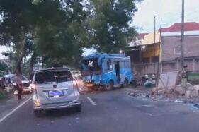 Mobil Adu Banteng dengan Minibus di Madiun, 2 Orang Luka Berat