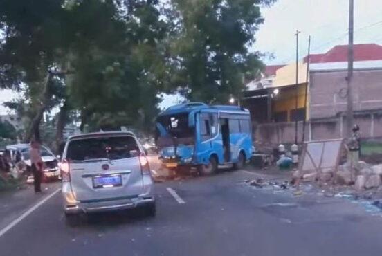 Kondisi dua kendaraan yang terlibat dalam kecelakaan di Jalan Raya Surabaya-Ponorogo KM 180-191 PK 6-7 tepatnya Desa Slambur, Kecamatan Geger, Kabupaten Madiun, Senin (29/3/2021) pagi. (Istimewa/Facebook)