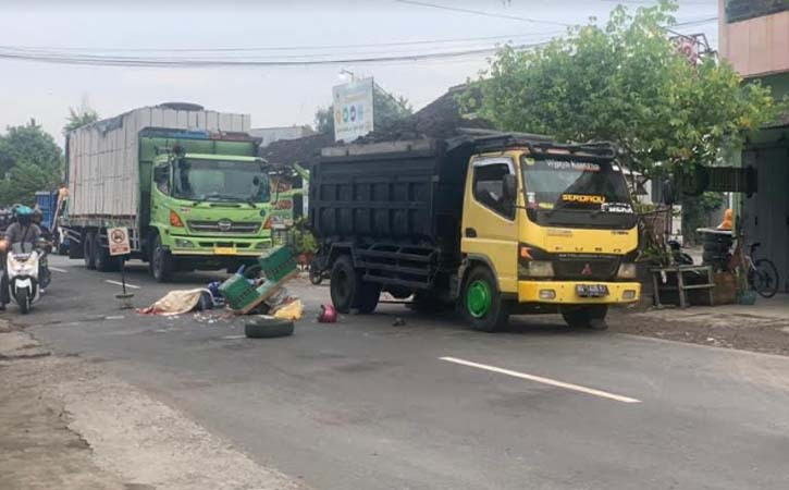 Motor bronjong tergeletak di jalan setelah adu banteng dengan truk di Jalan Raya Solo - Baki, Desa Gedangan, Grogol, Sukoharjo, Selasa (2/3/2021). (Istimewa-warga)