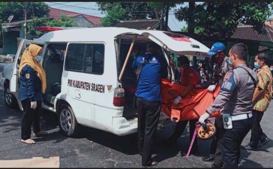 Sukarelawan dari PMI Sragen, PSC 119 Sukowati dan Satlantas Polres Sragen mengevakuasi korban kecelakaan di simpang empat Spesial ke RSUD dr. Soehadi Prijonegoro Sragen, Kamis (4/3/2021). (Istimewa-PMI Sragen)