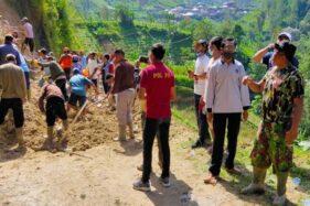 Tebing di Beruk Karanganyar Longsor Timbun Jalan, 500 Jiwa Terisolasi