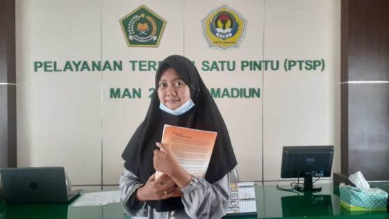 Ainiyah Hasna Fadhilah, siswa MAN 2 Kota Madiun yang lolos SNMPTN 2021 Unair, Kamis (25/3/2021). (Solopos.com/Abdul Jalil)