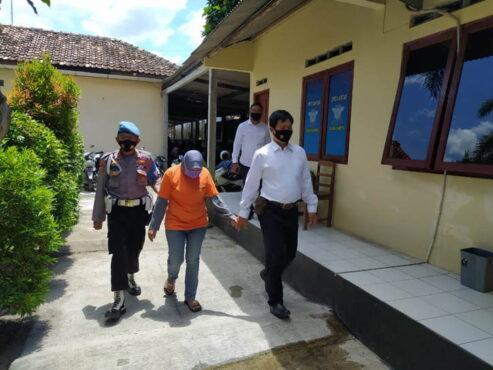 Polisi mengamankan KS di Polsek Gamping, Kamis (25/3). (Harian Jogja/Lugas Subarkah)