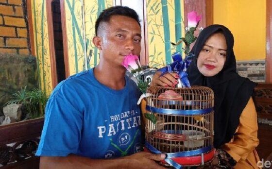 Pengantin yang menikah dengan mas kawin burung kenari. (detik.com)