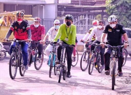 Wali Kota Solo Gibran mengendarai sepeda lipat listrik saat mider praja (Instagram/@pemkotsurakarta).