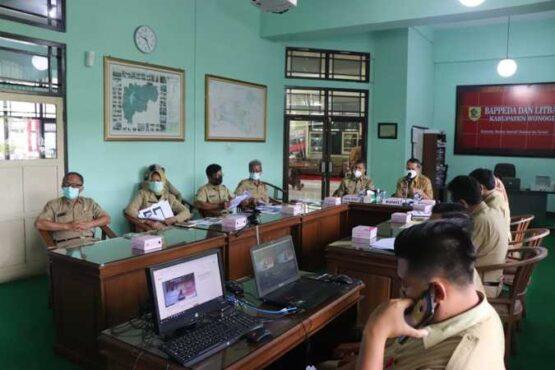 Bupati Wonogiri, Joko Sutopo, memimpin Musrenbangcam secara virtual dari Kantor Badan Perencanaan Pembangunan Daerah dan Penelitian Pengambangan Wonogiri, Senin (1/3/2021). (Istimewa/Humas Pemkab Wonogiri)